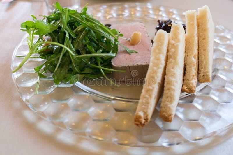 Empfindliche Ganspastete diente mit Toast und Zwiebel Confiture lizenzfreies stockfoto