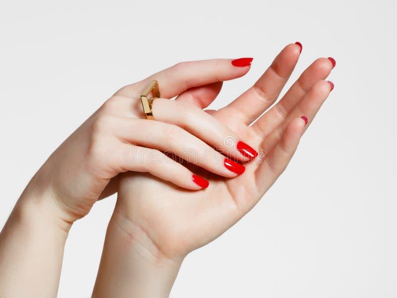 Empfindliche Hände der Schönheit mit Maniküreabschluß oben Schöne weibliche Finger mit Maniküre und modernem Goldring stockbild
