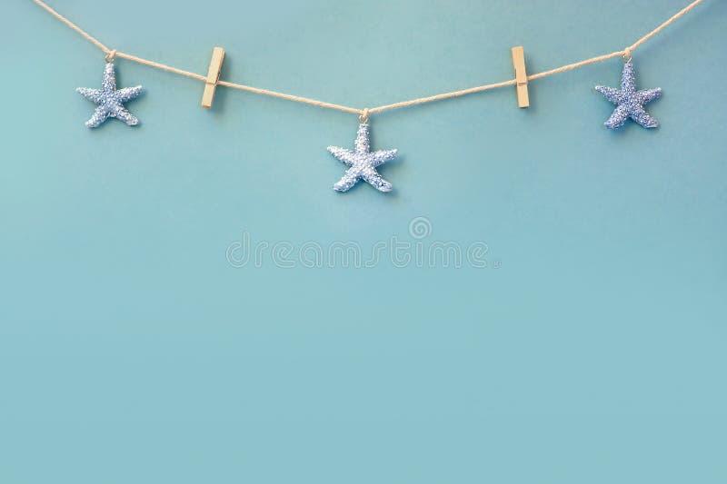 Empfindliche Seegrenze mit Starfish auf einem Hintergrund des bunten Türkisblaus malte Bretter mit copyspace für lizenzfreies stockbild
