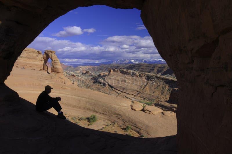 Empfindlicher Bogen, der durch Feld-Bogen, Bogen-Nationalpark sieht stockbilder