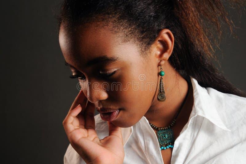 Empfindliches Afroamerikanermädchen lizenzfreies stockbild