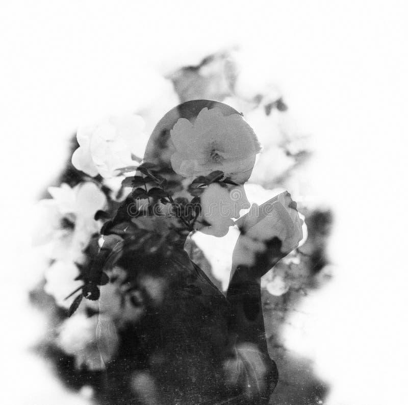 Empfindliches Doppelbelichtungsporträt einer jungen Frau stockfotografie
