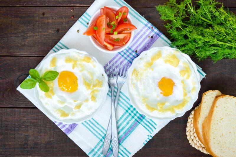 Empfindliches gebackenes Ei Orsini ärgert in der Wolke Französisches Frühstück stockfoto