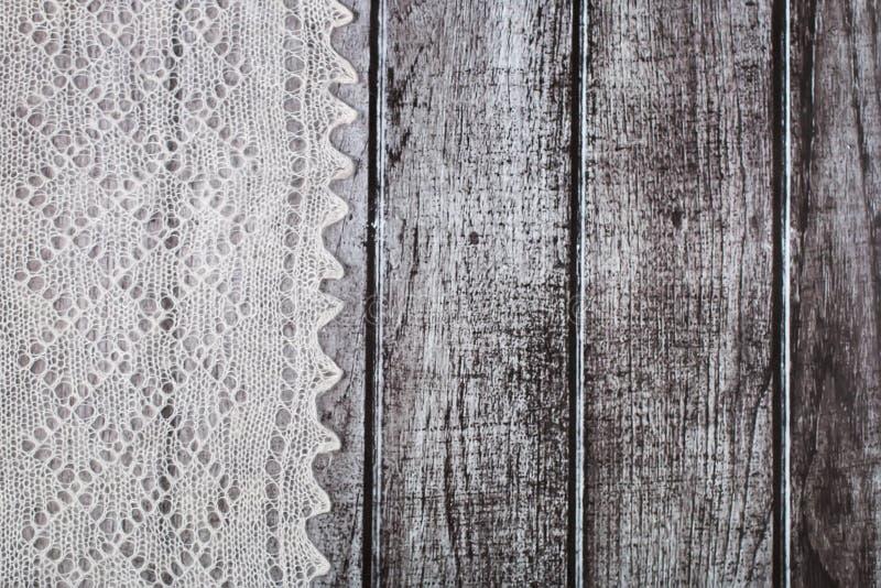 Empfindliches gewirktes woolen flaumiges Material über rustikalem hölzernem Hintergrund lizenzfreie stockfotos