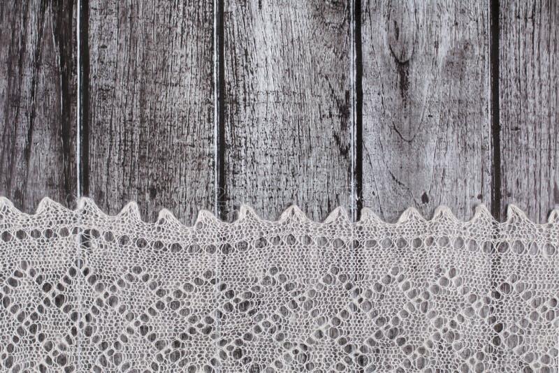 Empfindliches gewirktes woolen flaumiges Material über rustikalem hölzernem Hintergrund stockfoto