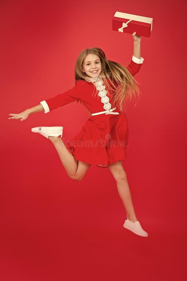 Empfing gerade Geburtstagsgeschenk Verbreitetes Gl?ck und Freude Wenig Kind im Bewegungssprung LieferungsWeihnachtsgeschenk gesch stockbilder