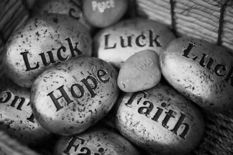 Empiedra al hebreo inglés de la fe de la suerte de la esperanza de la paz de los recuerdos fotos de archivo libres de regalías