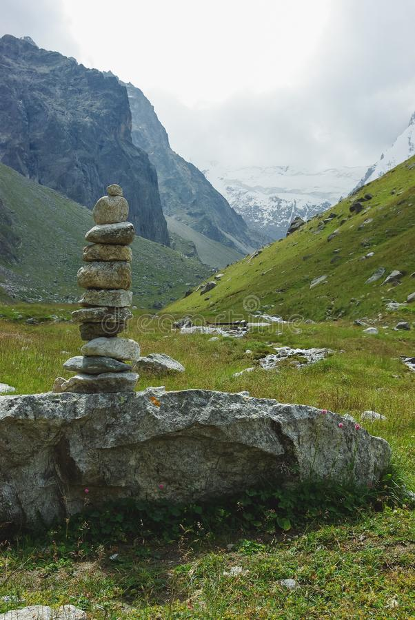 empiedra arquitectura en la Federación Rusa de las montañas, el Cáucaso, foto de archivo libre de regalías