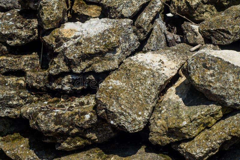 Empiedra el fondo, piedras grandes grises, cantos rodados en la albañilería, pieza de la cerca de piedra, primer de la frontera d fotos de archivo