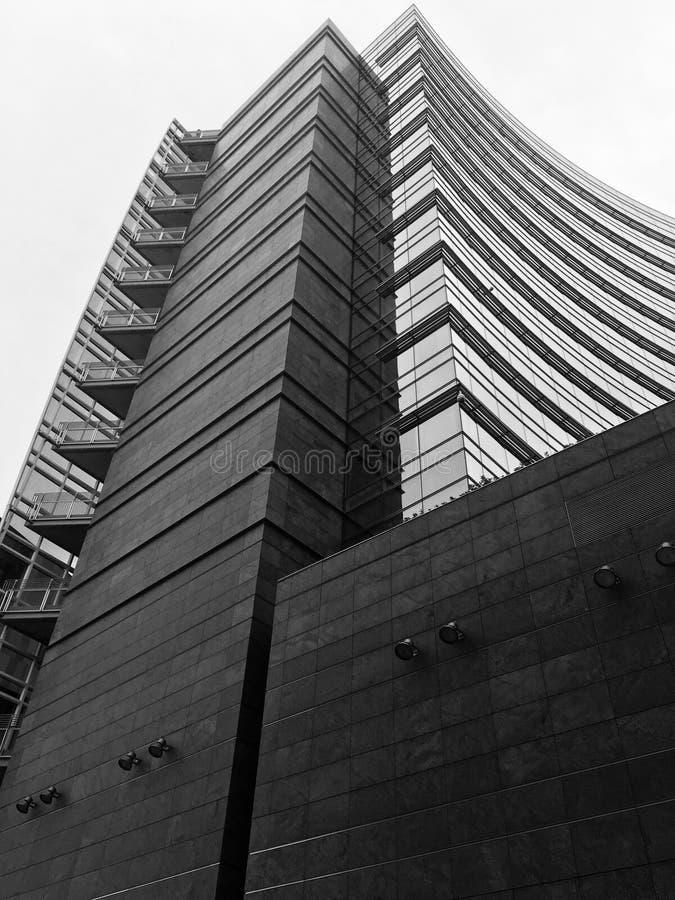 Empiedre un vidrio en Milan Italy, en el centro de ciudad de UniCredit foto de archivo libre de regalías