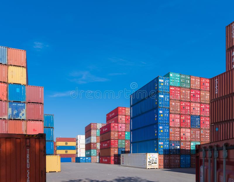 Empilés récipients de cargaison image stock