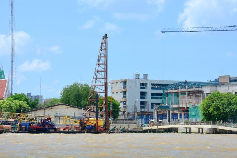 Empilage d'installation au chantier de construction de rive, le fleuve Chao Phraya, Bangkok, Thaïlande photographie stock