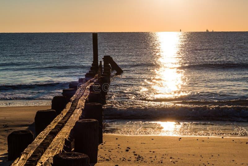 Empilages de dock au lever de soleil à la plage de Buckroe image libre de droits