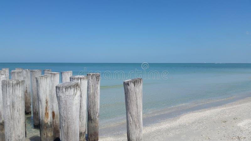 Empilages sur la plage de Naples image libre de droits