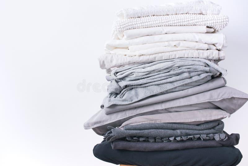 Empile le linge de lit différent de noir de blanc gris de nuances image stock