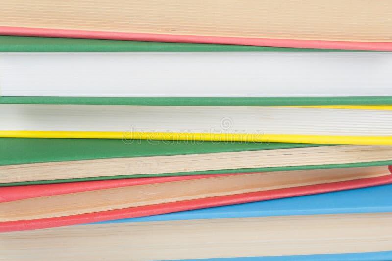 Empilement de livre Ouvrez le livre, les livres de livre cartonn? sur la table en bois et le fond bleu De nouveau ? l'?cole Copie photo libre de droits