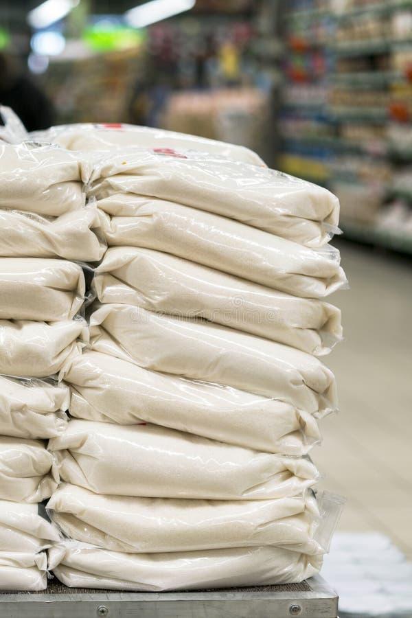 Empilement des sacs de sucre sur le mouvement de camion d'entreposer image libre de droits