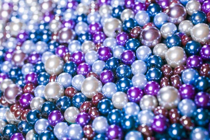 Empilez les boules pourpres de la perle appropriées au fond photographie stock