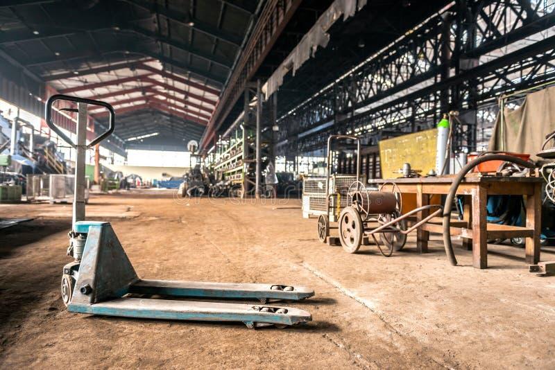Empilhadeira manual no interior industrial fotografia de stock
