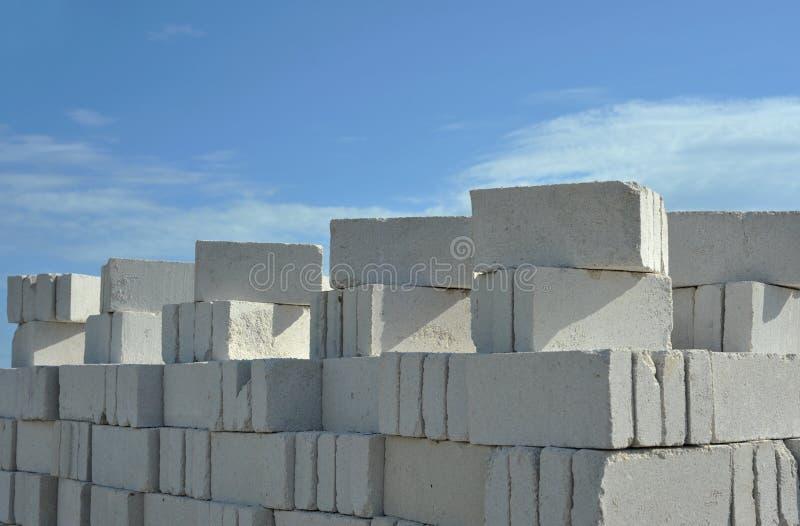 Empilhamento acima dos tijolos imagens de stock royalty free