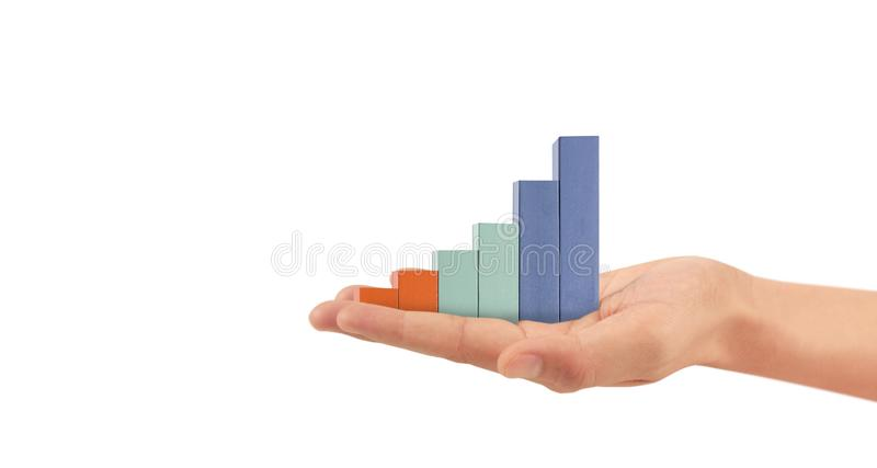 Empilhamento de blocos de madeira como empilhamento de degraus com seta para cima à mão Conceito de trajetória de carreira para o foto de stock royalty free
