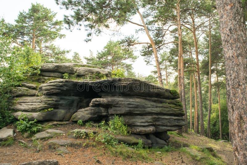 Empilhamento de pedra no parque nos Ural imagens de stock