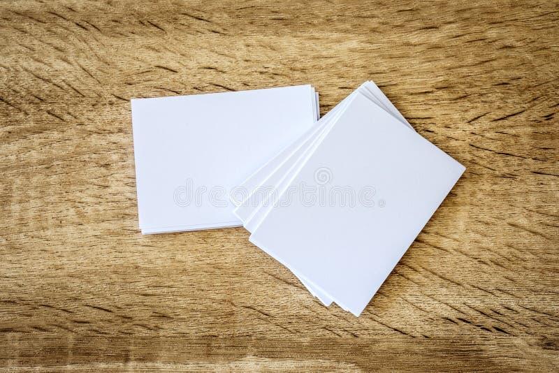 Empilhamento do cartão branco vazio do modelo no backgrou de madeira fotos de stock royalty free
