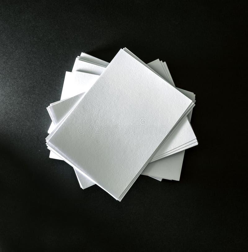 Empilhamento do cartão branco vazio do modelo no CCB preto do papel foto de stock royalty free