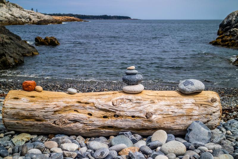 Empilhando pedras no parque nacional do Acadia, Maine imagem de stock royalty free