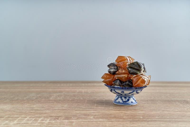 Empilhe o caramelo tailand?s ou o Kalamare com s?samo na bandeja do suporte imagem de stock