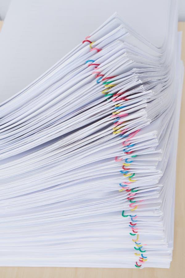 Empilhe o lugar dos relatórios do original da sobrecarga horizontal com clipe de papel colorido imagens de stock royalty free