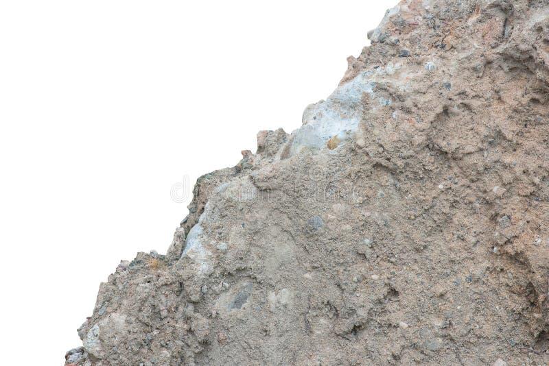 Empilhe o solo ou a sujeira com cimento velho da estrada do contruction isolada foto de stock
