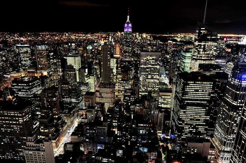 Empire State Building bij nacht in Manhattan New York stock afbeelding