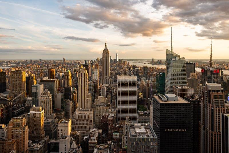 Empire State Building e orizzonte di New York nell'ora dorata fotografia stock libera da diritti