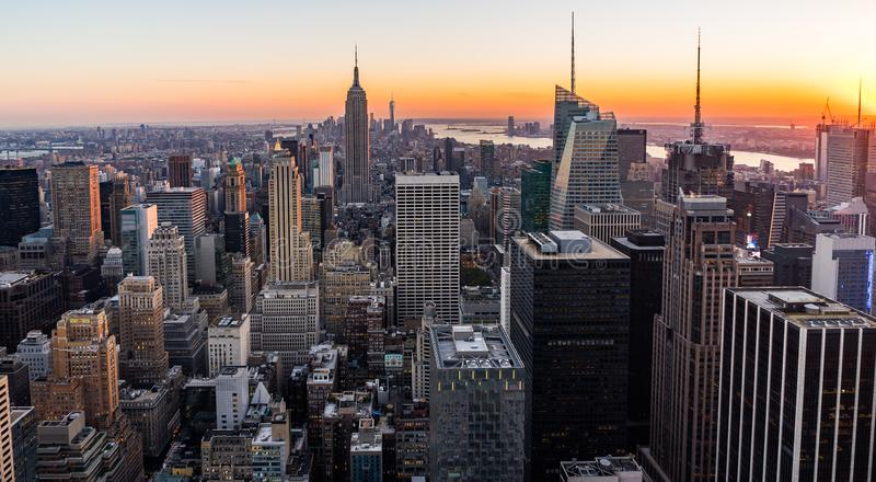Empire State Building för New York horisontManhatten Cityscape från överkanten av vaggasolnedgången arkivbild
