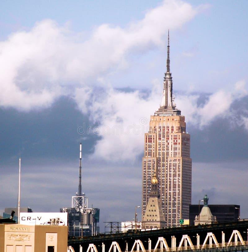 Empire State Building från Brooklyn med att hota himmel royaltyfria bilder