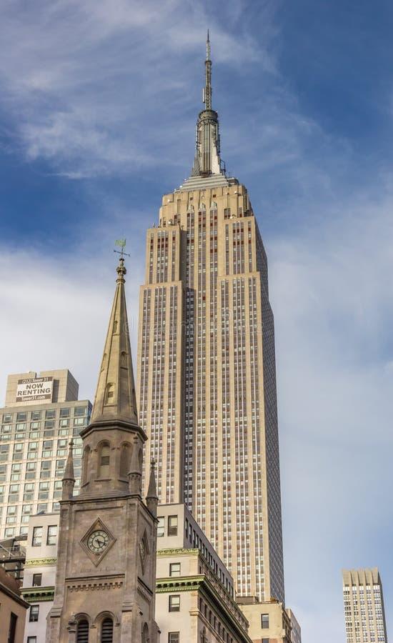 Empire State Building i marmuru Uczelniany kościół w Nowy Jork C obrazy stock