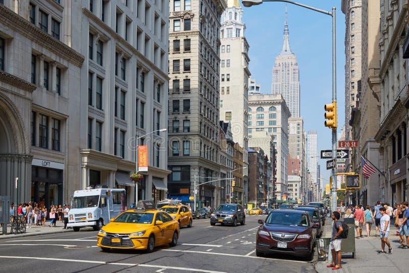 Empire State Building y Fifth Avenue con la gente en Nueva York fotografía de archivo libre de regalías