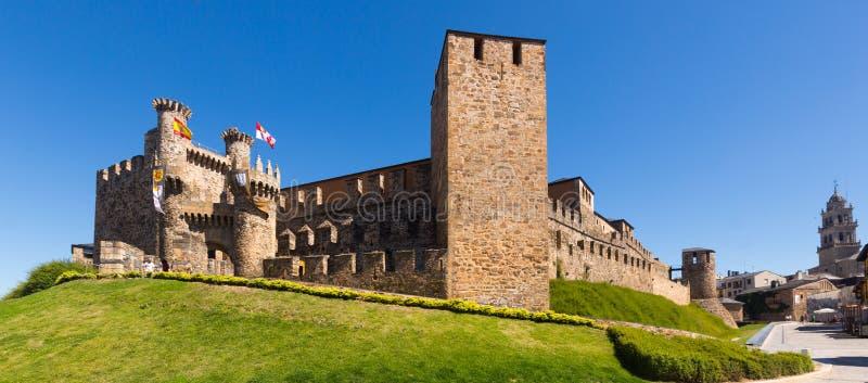 Emplar slott och stadsgata Ponferrada royaltyfria bilder