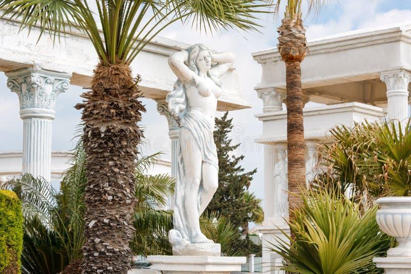 Emplastre a cópia da estátua grega da posição fêmea despida da deusa no parque fotografia de stock royalty free