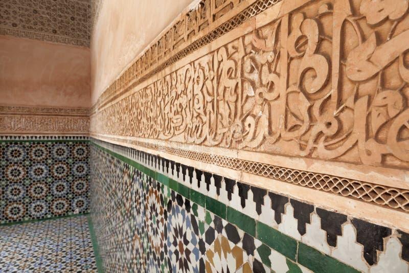 Emplastre a decoração da parede no Medersa ben Youssef foto de stock