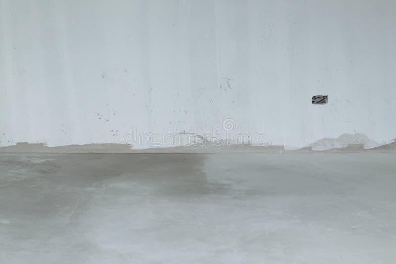 Emplastre a parede do almofariz e o assoalho brancos do cimento na construção foto de stock