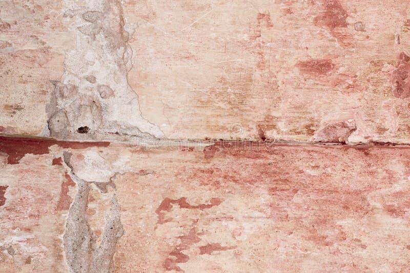 Emplastro danificado gasto velho nas paredes de tijolo do close-up das casas foto de stock