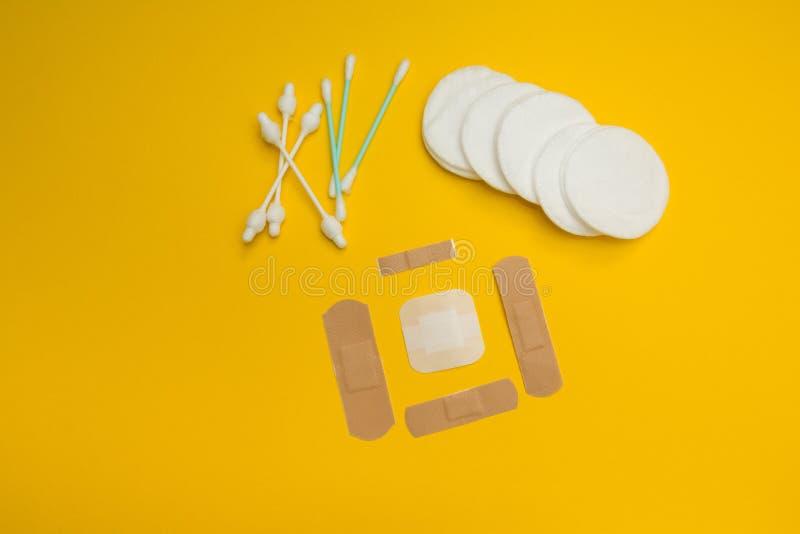 Emplastros e algodão para o tratamento de lesões de pele foto de stock