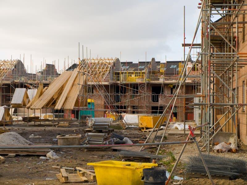 Emplazamiento de la obra con el andamio y la nueva estructura foto de archivo