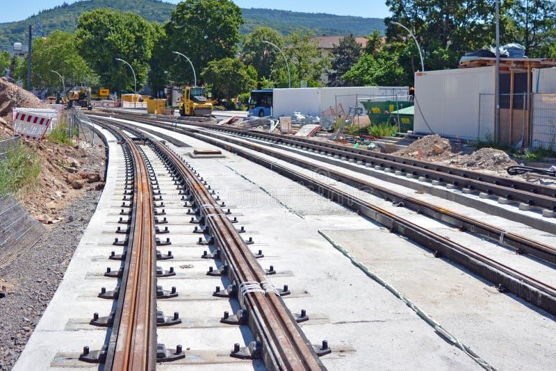 Emplazamiento de la obra con el mantenimiento de la pista para las pistas de tranvía en la estación principal de Heidelberg imagen de archivo