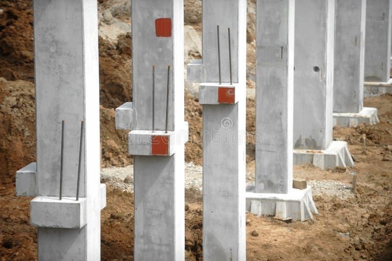 Emplazamiento de la obra con los pilares concretos fotografía de archivo