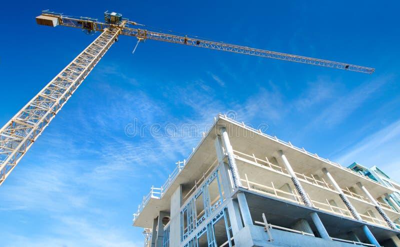 Emplazamiento de la obra concreto del Highrise, con grúa imagenes de archivo