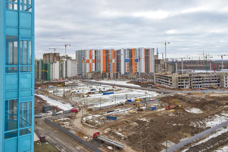 Emplazamiento de la obra, construcción de un complejo residencial grande en el fondo de nuevas casas y bosques fotos de archivo libres de regalías