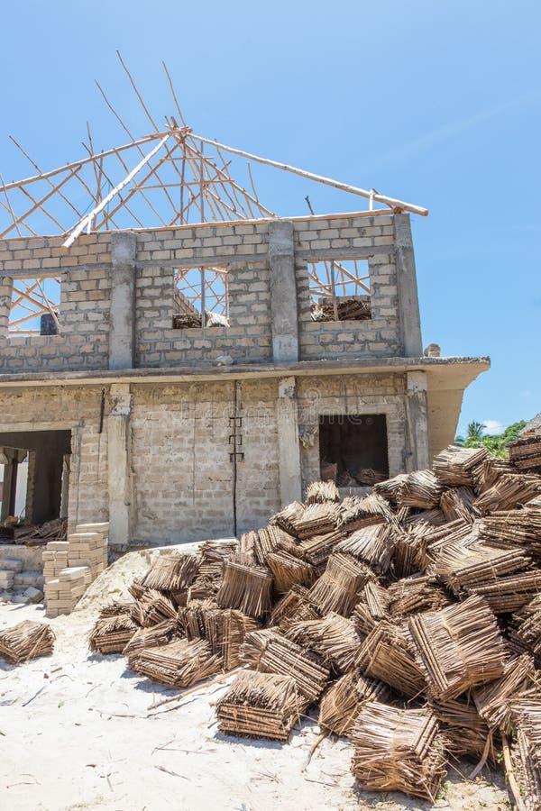 Emplazamiento de la obra del tejado tradicional que cubre con paja en ?frica El convertirse del genio civil tached tradicional de fotografía de archivo